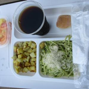 機内食風な社食ランチ☆ジェノヴェーゼなパスタ+ローストポテト+フルーツ♪