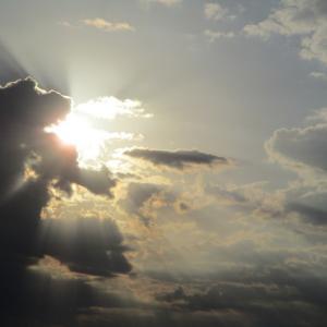 雲の背後から輝く眩い朝日。