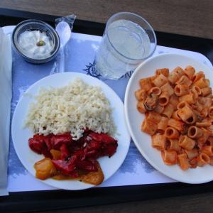 社食ランチ(シーフードパスタ+2種類のコントルノ(副菜)+ピスタチオのチーズケーキ!?)