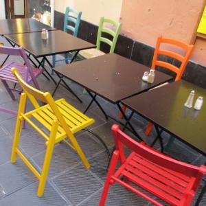 どれにしようかな?どんな色が好き?カラフルな椅子のある風景☆