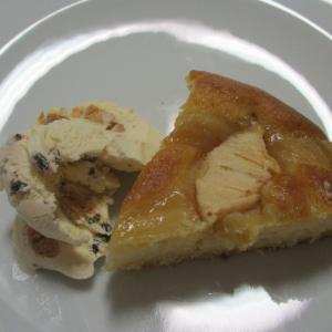 ふわふわしっとりリンゴのトルタにメリンゲ&チョコ入りクリームジェラート(GROM )を添えて♪♪