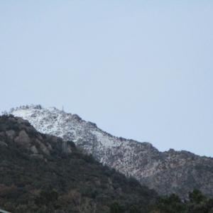 この冬初の遠くの山の雪景色。