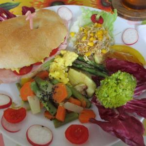 おうちカフェ風に☆4色の食材でフォカッチャのパニーニ♪スクランブルエッグXプロシュート・コット(ハム)XチェリートマトXレタス