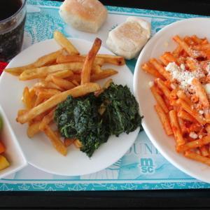 社食ランチ☆マッケローニのアマトリチャーナ(パスタ)+2種類のコントルノ+マチェドニア(フルーツ)♪