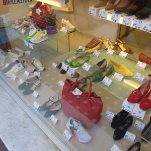 セール中のカラフルなシューズとバッグのショーウィンドー☆