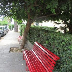 木陰の赤いベンチ☆