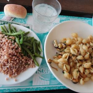 社食ランチ☆ムール貝とポテトのコンキーリエ(パスタ)+2種類のコントルノ+カスタードクリーム入りカンノーロ(ドルチェ)♪