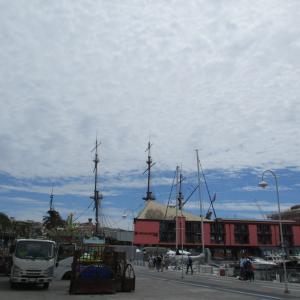 白い雲でほぼ埋め尽くされた青空とピンク色の建物☆@Genova Porto Antico