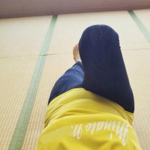 ①ひざも足の先も真っすぐになっているかな?体の偏りを整えよう