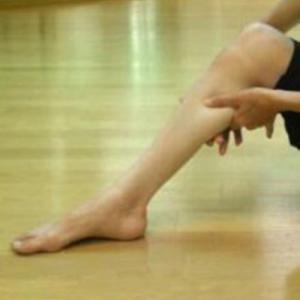 足のむくみ解消!『ふくらはぎほぐし』で細い足首、スラリ足