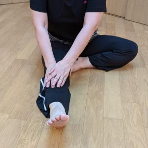 足首を回したら次は、足の付け根から伸ばす