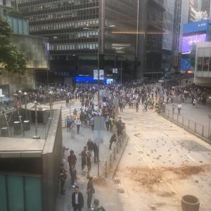 水曜日も大荒れ香港 × ディナーをキャンセル × 自宅でワイン