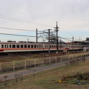 6050系が到着する新古河駅