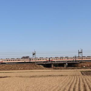 築堤を往く6050系・令和元年12月の東武日光線