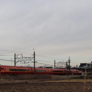 東武新古河駅を通過するJR253系