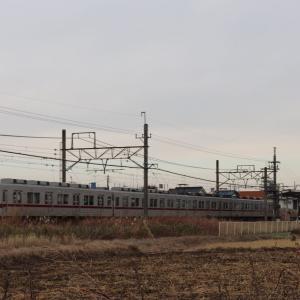 新古河駅に到着した東武10000系