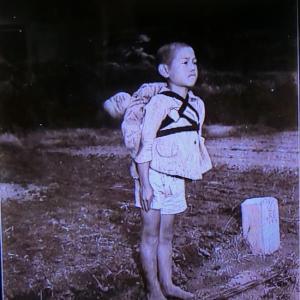 長崎に思う、焼き場に立つ少年