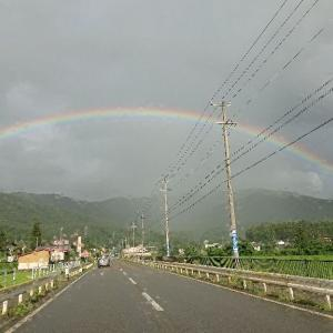 前方に綺麗な 虹