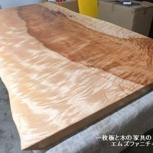 548、栃の一枚板テーブル1800mmサイズ。 お届け前準備できました。 一枚板と木の家具の専門店エムズファニチャーです。