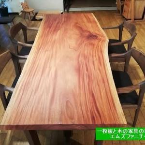 557、力強さが感じられる一枚板テーブル。ポテンシャルがある。 一枚板と木の家具の専門店エムズファニチャーです。