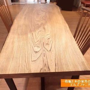 563、新着です。皮肌かっこよく仕上げました栓の一枚板テーブル。 一枚板と木の家具の専門店エムズファニチャーです。