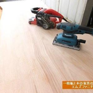 564、秋らしい新着です。仕上げ中です。栗の一枚板テーブル。1800mm。 一枚板と木の家具の専門店エムズファニチャーです。