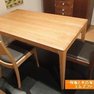 588、【人気商品】コンパクトなサイズ1500mmのレッドオーク材のテーブル。 一枚板と木の家具の専門店エムズファニチャーです。