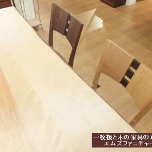 613、最近のお客様、ご購入頂くチェアーの傾向について2色選ぶという方法。 一枚板と木の家具の専門店エムズファニチャーです。