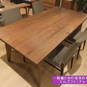 619、ウォールナットのテーブルに、濃い色合いのチェアーを合わせるという選択肢。 一枚板と木の家具の専門店エムズファニチャーです。