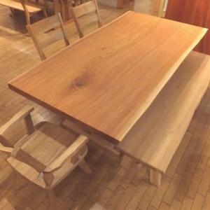 646、家族の集まるダイニングに木の温かみの感じられるケヤキの一枚板テーブルという選択は、いい選択の1つです。 一枚板と木の家具の専門店エムズファニチャーです。