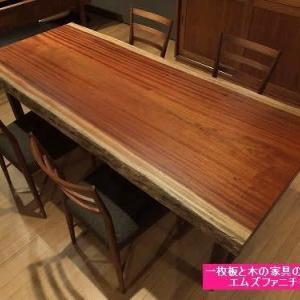 649、色合いも深まってきており、色にも奥行きが出てきた印象のサペリの一枚板テーブル。 一枚板と木の家具の専門店エムズファニチャーです。