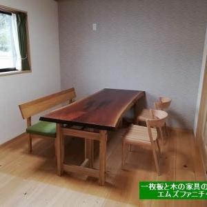 650、ご結婚を機会に、ご来店頂いたお客様のお宅へウォールナットの一枚板テーブルセットをお届け。一枚板と木の家具の専門店エムズファニチャーです。