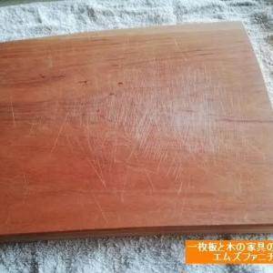 651、傷のついたカッティングボードをメンテナンスする様子をお伝えいたします。 一枚板と木の家具の専門店エムズファニチャーです。