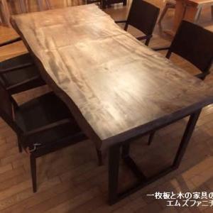 707、栃の一枚板テーブルを贅沢に着色仕上げで、落ち着いた雰囲気のダイニング。 一枚板と木の家具の専門店エムズファニチャーです。