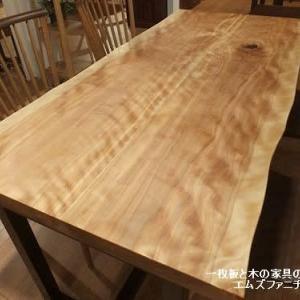 709、カバの2枚接ぎテーブル。キラキラが美しいのです。 一枚板と木の家具の専門店エムズファニチャーです。