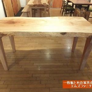 718、お届け前の準備。栃の一枚板テーブル1600mmサイズ。栃の4本脚、組み立て式、載せ脚仕様を製作。オイルメンテナンス中。 一枚板と木の家具の専門店エムズファニチャーです。