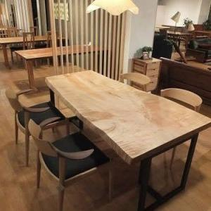 721、スベスベの手触り、ちょっとキラキラ、カエデの一枚板テーブルを展示致しました。1800mmサイズ。 一枚板と木の家具の専門店エムズファニチャーです。
