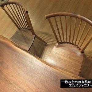 722、ウォールナットの一枚板とウォールナットの板座のチェアー。年月と共に深みが増してくる。 一枚板と木の家具の専門店エムズファニチャーです。