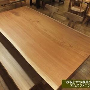 756、【ダイニングテーブル】大判のケヤキの一枚板テーブル。家族が集まる真ん中で、ご家族をずっと見守ることができるといいな。 一枚板と木の家具の専門店エムズファニチャーです。
