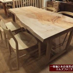 758、【ダイニングテーブル】カエデの一枚板テーブル。明るい色合いで、手触り感もいいのも魅力です。表情も優しいんですよ。 一枚板と木の家具の専門店エムズファニチャーです。