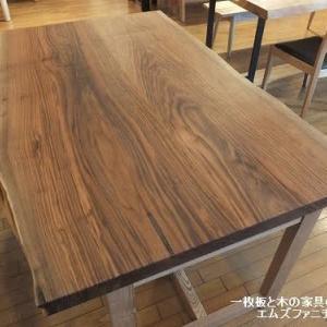796、【ダイニングテーブル】クルミの2枚接ぎテーブル。落ち着いた色合いと風合いが素敵です。コンパクトなサイズです。 一枚板と木の家具の専門店エムズファニチャーです。