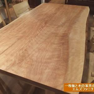 803、【ダイニングテーブル】優しい赤みのある木の風合い、手触り感もいいカバの木の接ぎテーブル。 一枚板と木の家具の専門店エムズファニチャーです。