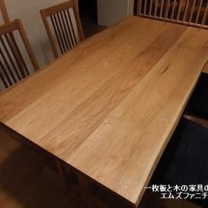 818、【好きなチェアーどれ?】クルミの木のテーブルに、色々チェアーを入れ替えてみて写真を撮ってみました。好きなのはどれですか? 一枚板と木の家具の専門店エムズファニチャーです。