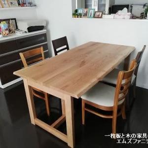 819、【お客様のお宅へお届け】温かみのある国産ナラ材のテーブルを楽しいお客様のお宅へお届けを。一枚板と木の家具の専門店エムズファニチャーです。