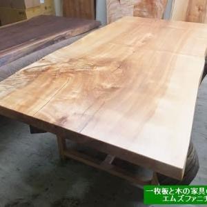 911、【一枚板テーブル、お届け前のお手入れ】お届け前の準備をしていて思う事、個人的な意見ですが、表情の豊かさ、面白み、栃の一枚板にはあるんです。 一枚板と木の家具の専門店エムズファニチャーです。
