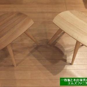920、【板座面の滑らか広いスツール新入荷】座り心地がいい、お尻にフィットスツール。クルミの木とクリの木。どちらが好みですか?一枚板と木の家具の専門店エムズファニチャーです。