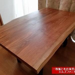 923、【ダイニングテーブルをお届け】クルミの木の二枚接ぎテーブル、自然な木の風合いを活かしたスツールたちをお客様のお宅へ。一枚板と木の家具の専門店エムズファニチャーです。