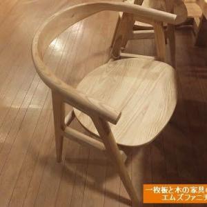 928、【再入荷、ゆっくりくつろげる肘有り板座チェアー】 食事の時、テレワークの時、色々な場面で使って頂けます。一枚板と木の家具の専門店エムズファニチャーです。