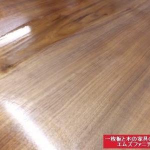 929、【お客様のお宅へお届け前の準備】ご家族みんなが集まる2000mm超一枚板テーブル!! 手触り感のいいスベスベに仕上げていきます。 一枚板と木の家具の専門店エムズファニチャーです。
