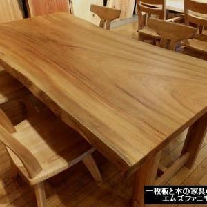 932、一枚板テーブルダイニング。 ゆったりの幅があるクスノキの一枚板テーブルをご紹介。 一枚板と木の家具の専門店エムズファニチャーです。